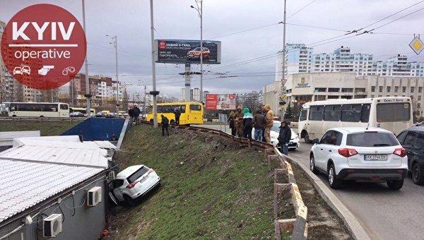 Автомобиль Toyota слетел с круга и врезался в киоск на Троещине в Деснянском районе Киева