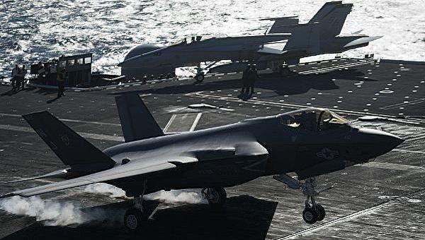 В США испытали дистанционное управление посадкой истребителей на авианосец