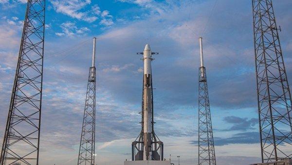 Ракета-носитель Falcon 9 с кораблем Dragon