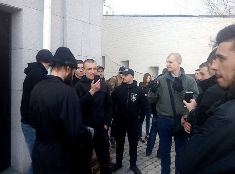 Националисты в Киеве пришли в Лавру