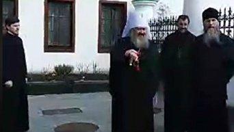 Радикалы из С14 ворвались в Лавру и вступили в перепалку с митрополитом Павлом