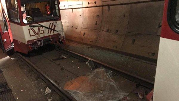В немецком городе Дуйсбург на западе Германии столкнулись два поезда метро