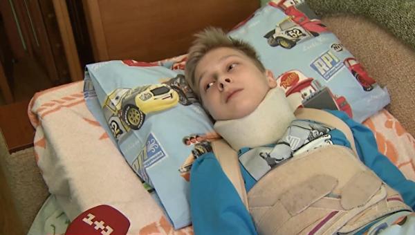 Киевский школьник Максим Черников, которому одноклассники сломали позвоночник