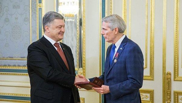 Петр Порошенко наградил американского сенатора Роберта Портмана
