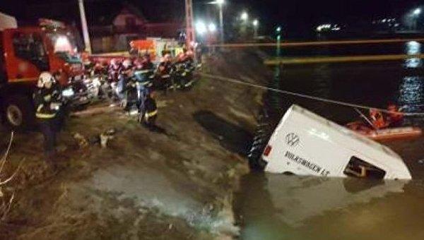 В Румынии 9 человек погибли при падении микроавтобуса в реку