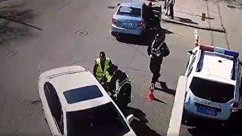 Активисты на Лексусе давили полицейских во время Юморины в Одессе. Видео