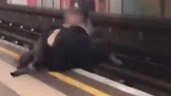 Шутливая драка в метро чуть не закончилась трагедией. Видео