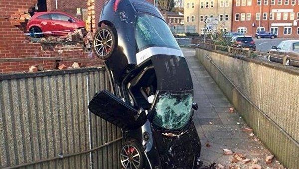 В Великобритании 73-летний мужчина на Porsche протаранил стену и ограждение, а затем упал в подземном переходе