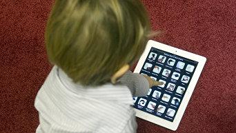 Ребенок тестирует детский планшетный компьютер