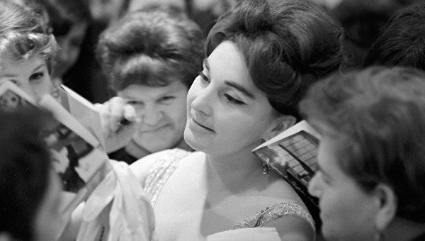 Актриса Лейла Абашидзе (в центре) раздает автографы своим поклонникам. Архивное фото