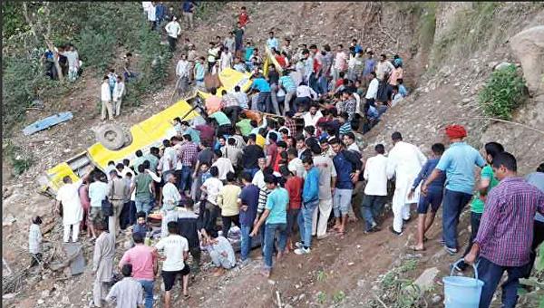 В Индии школьный автобус слетел с обрыва, погибли почти 30 детей