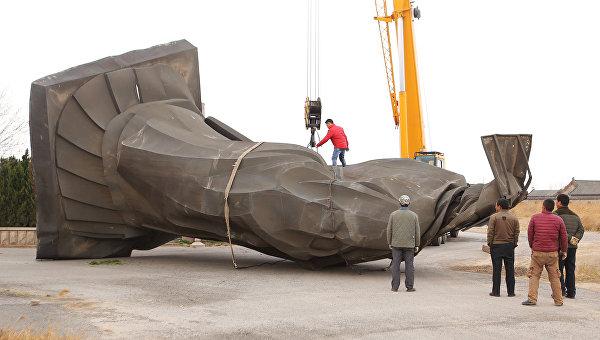 В Китае упала шеститонная статуя императора