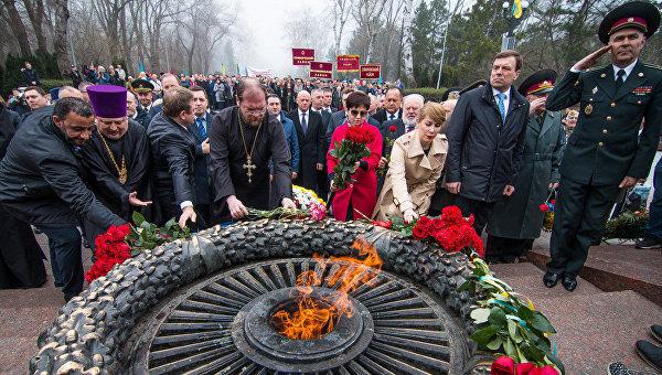 Возложение цветов на Аллее Славы в Одессе. Архивное фото