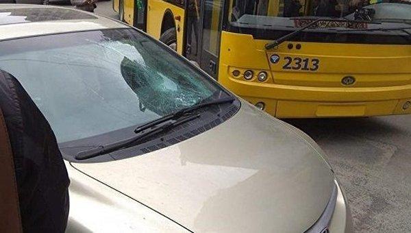 Пассажиры троллейбуса в Киеве разбили авто