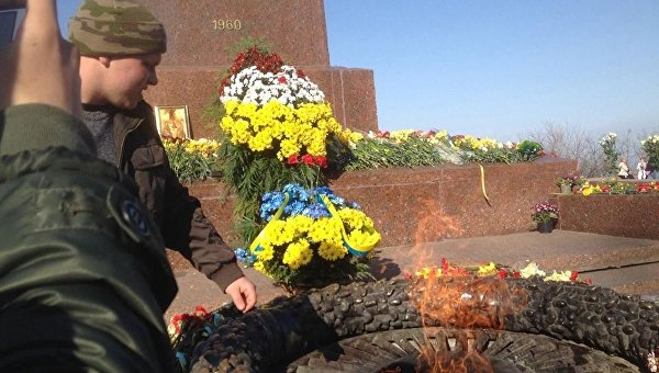 В Одессе националисты сожгли георгиевскую ленточку у памятника неизвестному матросу