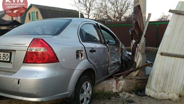 Киевский таксист протаранил забор частного дома в селе Романовка