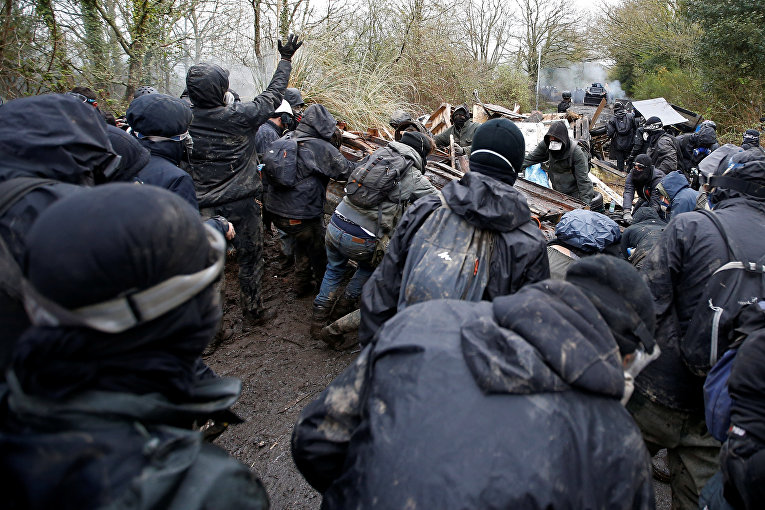 Жандармерия Франции продолжает принудительную эвакуацию фермеров и экологов, которые самовольно заняли муниципальную землю в коммуне Нотр-Дам-де-Ланд на западе страны