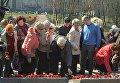 Церемония возложения цветов к памятному знаку Память ради будущего на территории Национального историко-мемориального заповедника Бабий Яр
