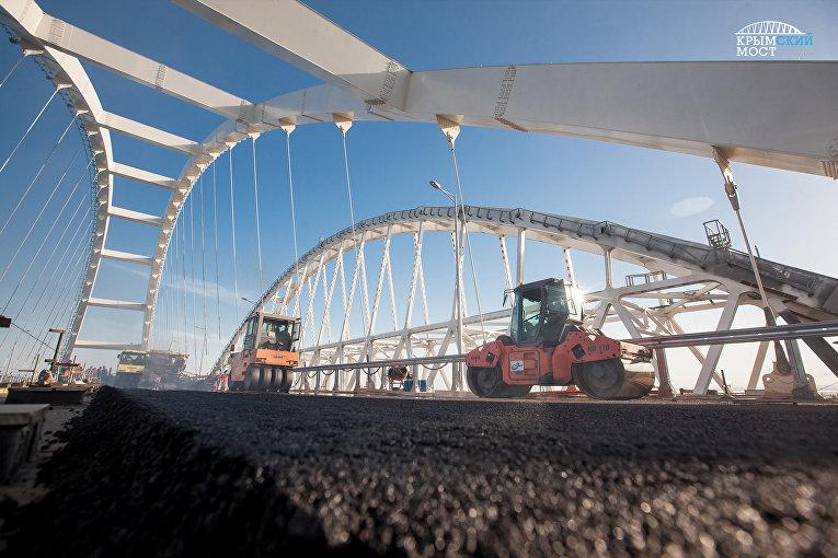Строители приступили к укладке асфальтобетона на автодорожной арке Крымского моста