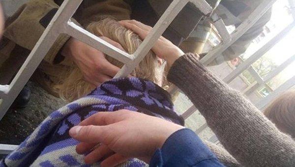 Во Львове спасатели разрезали забор, чтобы вызволить застрявшего ребенка