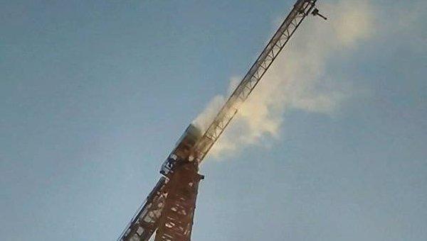 Строительный кран, который подожгли на Андреевском спуске в Киеве