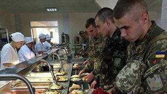 Военнослужащие ВСУ в столовой. Архивное фото
