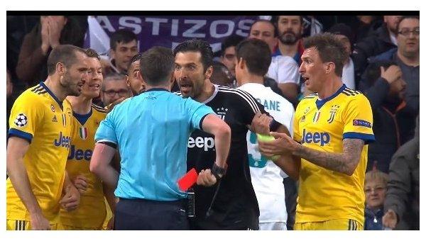 Роналду поддержал Буффона, обняв его вовремя интервью после матча