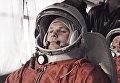 Юрий Гагарин (на переднем плане) и его дублер Герман Титов (справа) направляются на космодром Байконур.