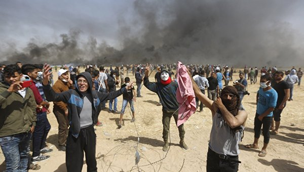 Палестинские протестующие во время столкновений с израильскими военными