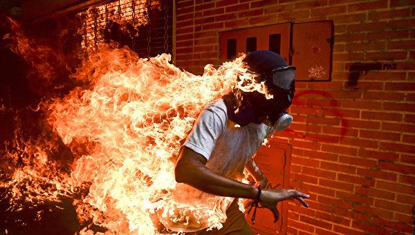 Фото года по версии World Press Photo-2018 стал снимок с горящим венесуэльцем