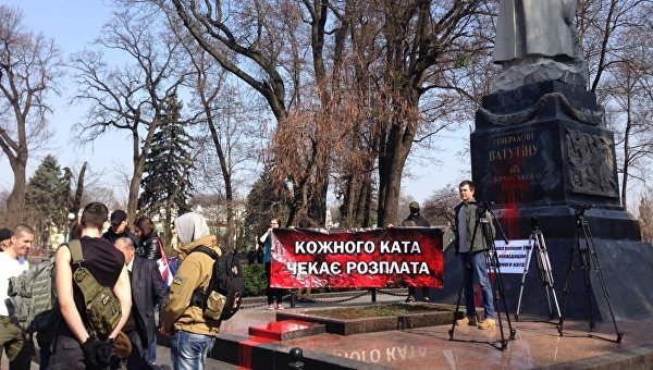 В Киеве радикалы облили краской памятник Ватутину
