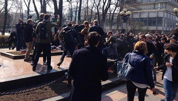 Радикалы С14 устроили драку у памятника Ватутину в Киеве