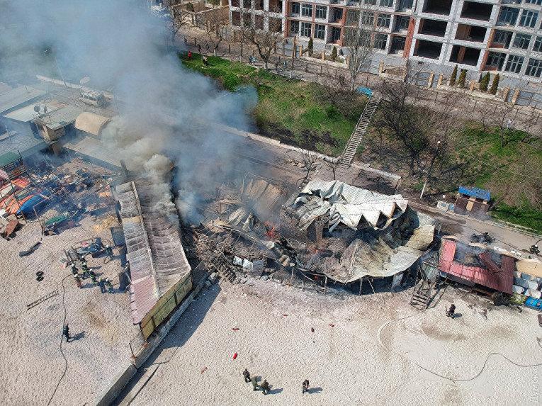 На пляже в Одессе горит ресторан, огонь распространяется на лодочную станцию