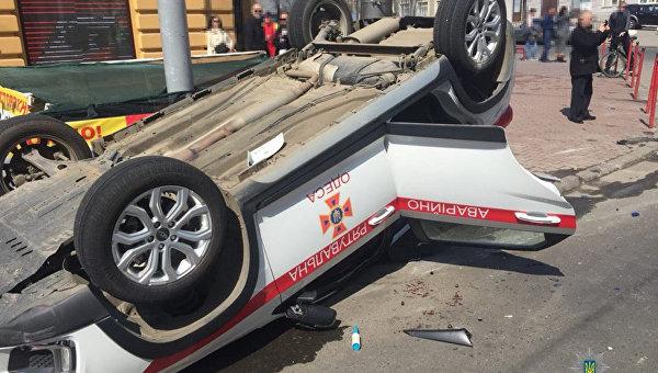 В Одессе внедорожник перевернул автомобиль ГСЧС
