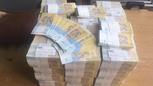 Государственная фискальная служба опубликовала фотографию изъятой посылки с 24 килограммами одногривневых купюр