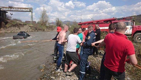 Сотрудники ГСЧС спасли мужчину с ребенком, которые заехали на авто в реку