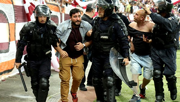 Десятки человек пострадали в столкновениях фанатов на футбольном матче команд Стяуа и Рапид в Бухаресте