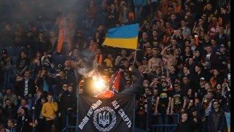 Фаны Шахтера сожгли флаг Новороссии на матче с Динамо