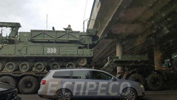 ВКиеве военный тягач застрял под мостом