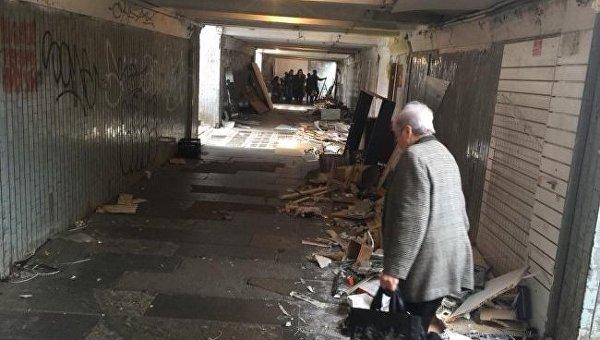 В Киеве возле Черниговской снесли ларьки