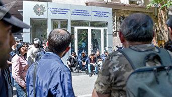 Активисты заблокировали вход в здание Главного управления внутренней безопасности и оперативного розыска МФ РА