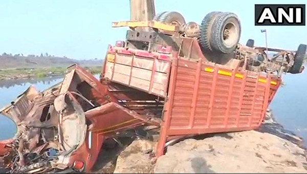 ВИндии неменее 20 человек погибли в итоге падения грузового автомобиля смоста