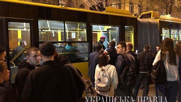 ВКиеве приостановлено движение электротранспорта из-за поножовщины всалоне троллейбуса
