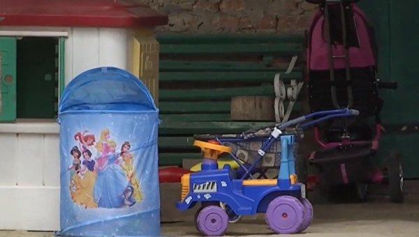 Детские игрушки во дворе