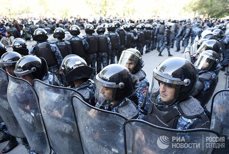 Акция протеста оппозиции у здания правительства в Ереване