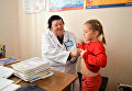 Больница в с. Яцки, Киевская область. Осмотр семейным врачом пациента перед прививкой