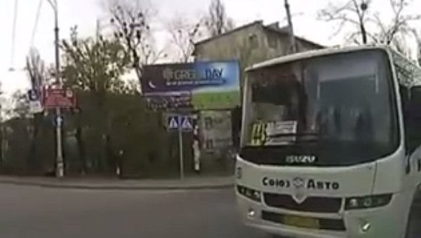 Автобус №445 проехал на красный свет в Киеве