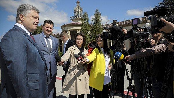 Петр Порошенко во время визита во Львов
