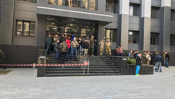 В Харькове активисты пришли с шинами в администрацию района