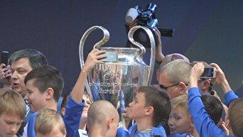 Церемония передачи Кубков Лиги чемпионов УЕФА в Киеве